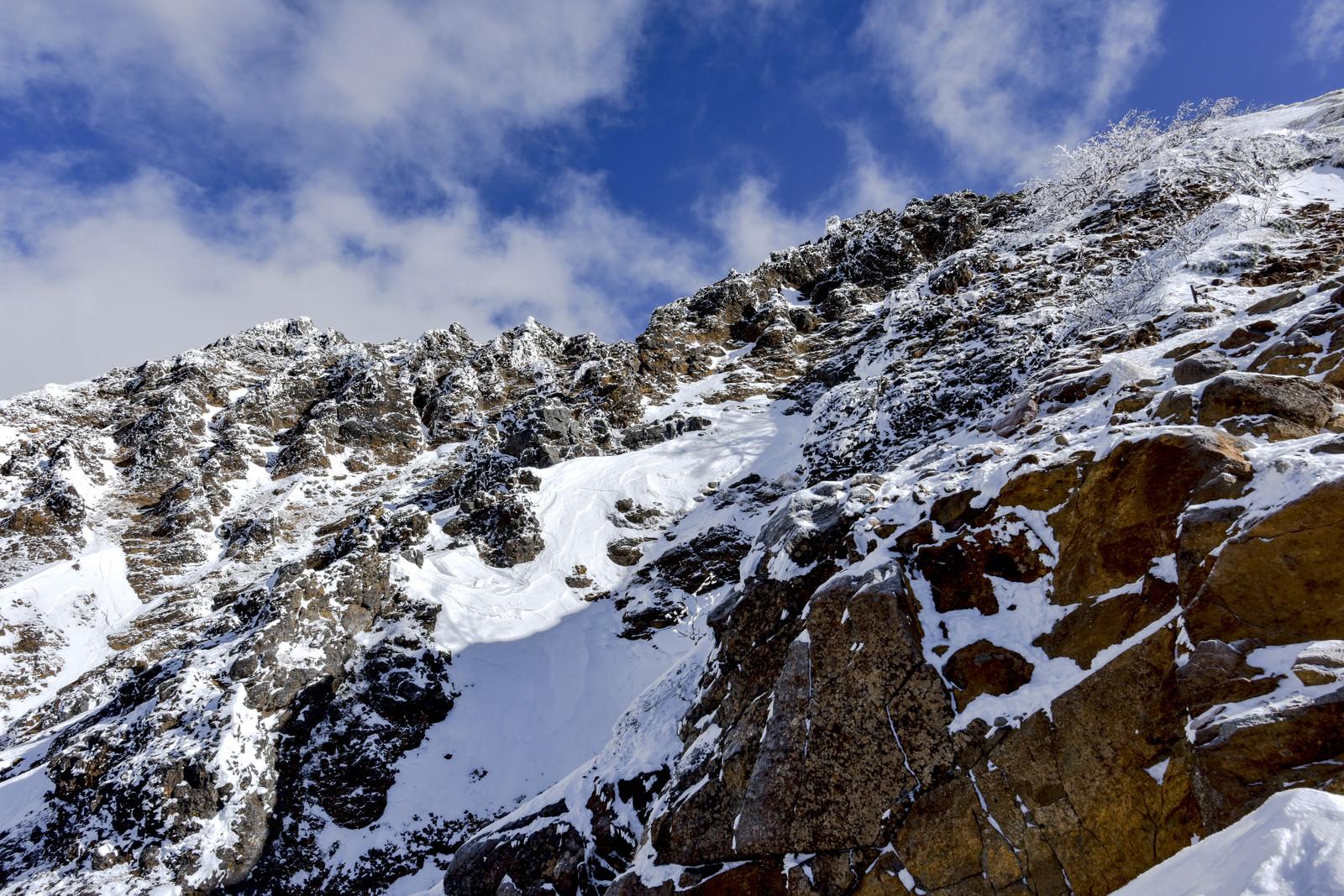 「ごつごつとした岩がどこまでも続く地蔵尾根(赤岳)」の写真