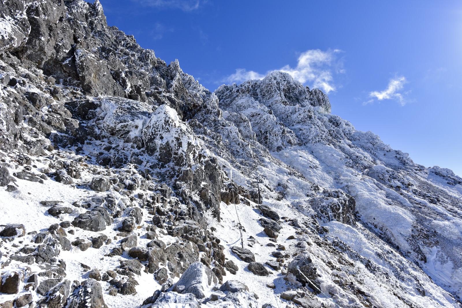 「凍てつく氷に包まれた文三郎尾根の登山道」の写真