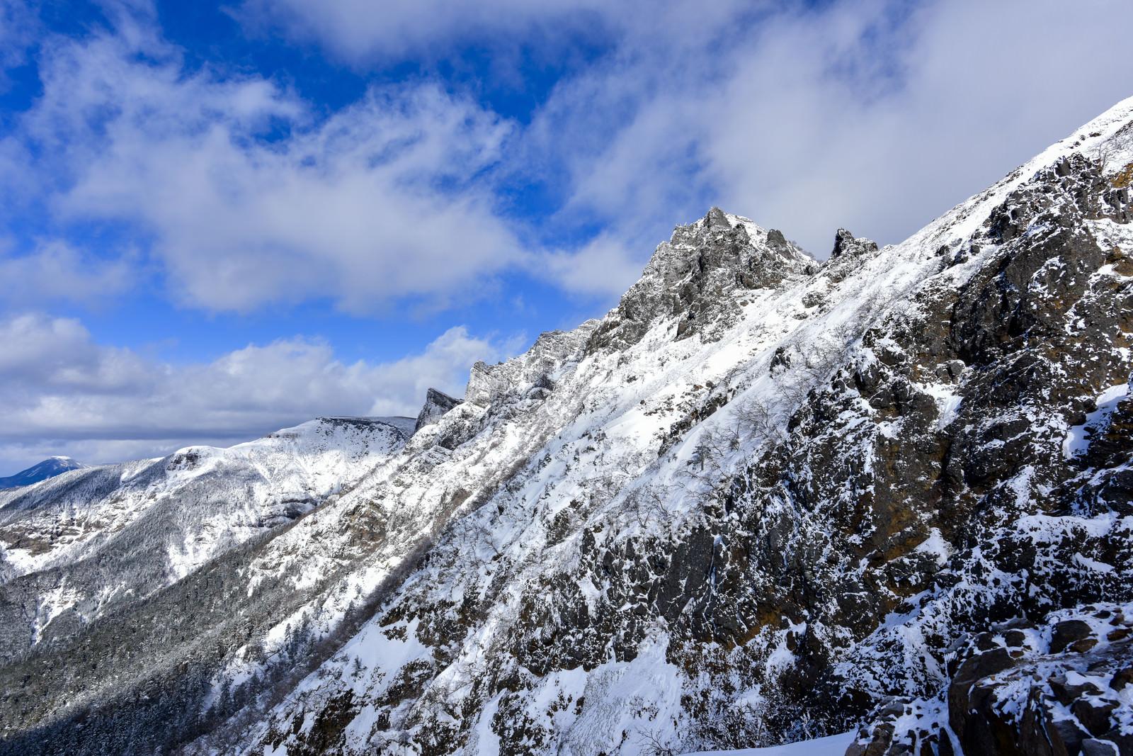「地蔵尾根から見上げる横岳方面」の写真