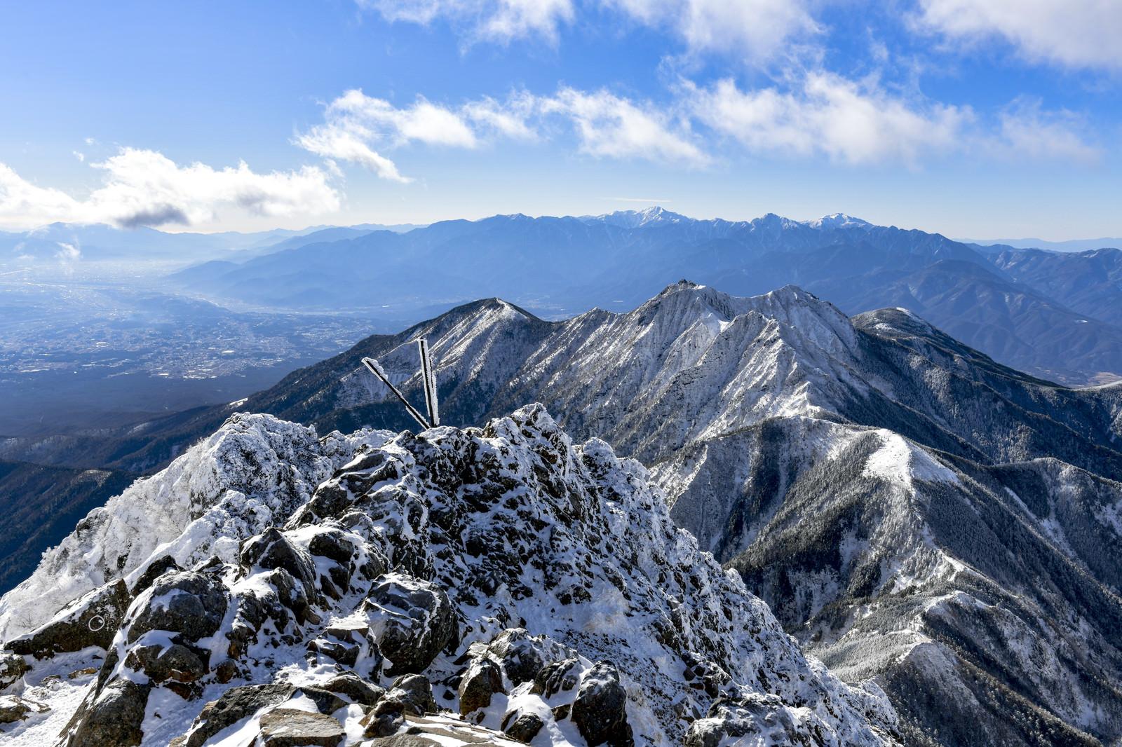「赤岳から見る雪の南アルプスと権現岳(ごんげんだけ)」の写真