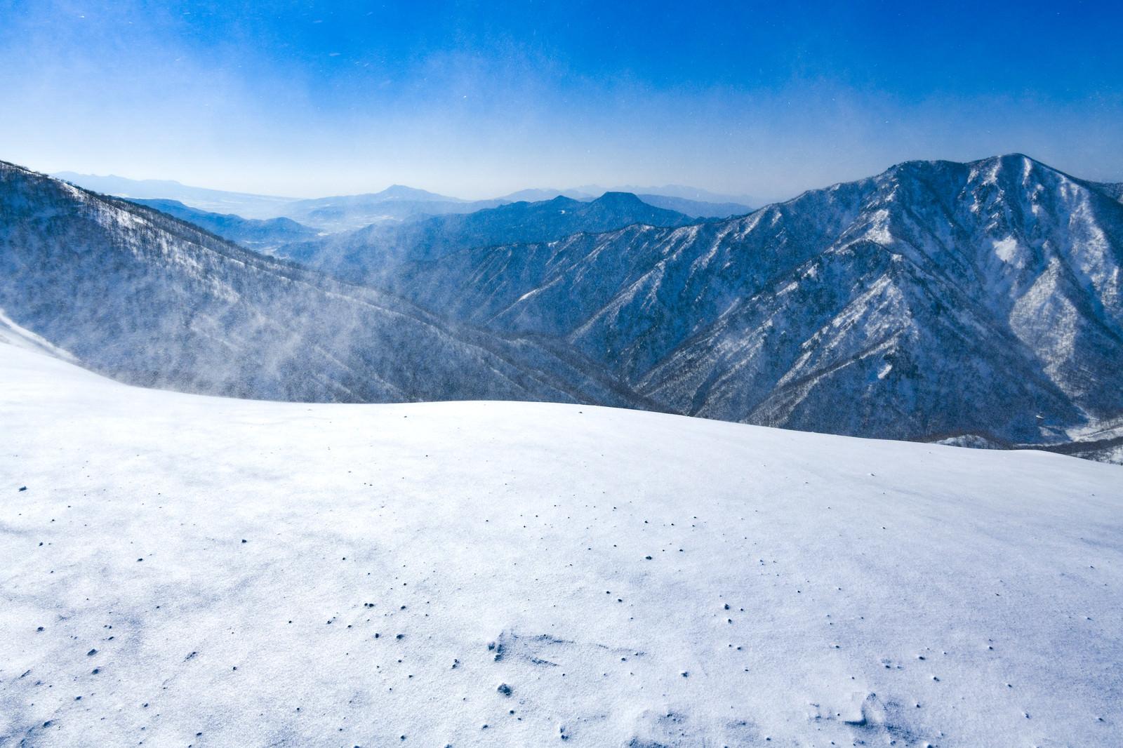 「強風が吹き荒れる谷川岳中腹からの景色」の写真