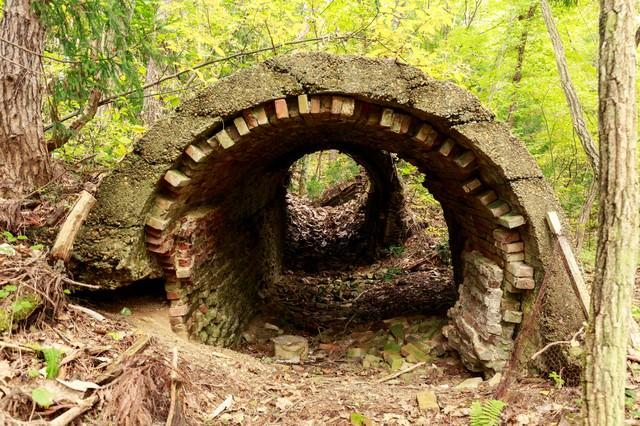 安倍城鉱山跡の煙道廃墟の写真