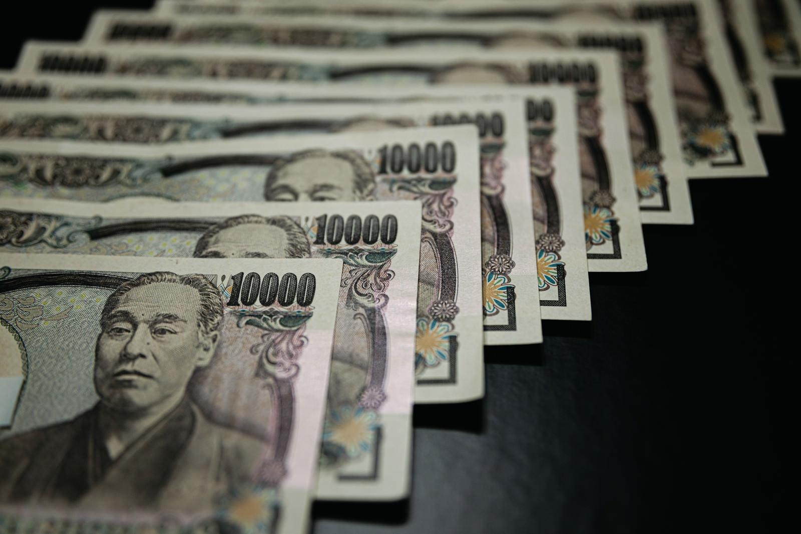 「並べられた壱万円の紙幣」の写真