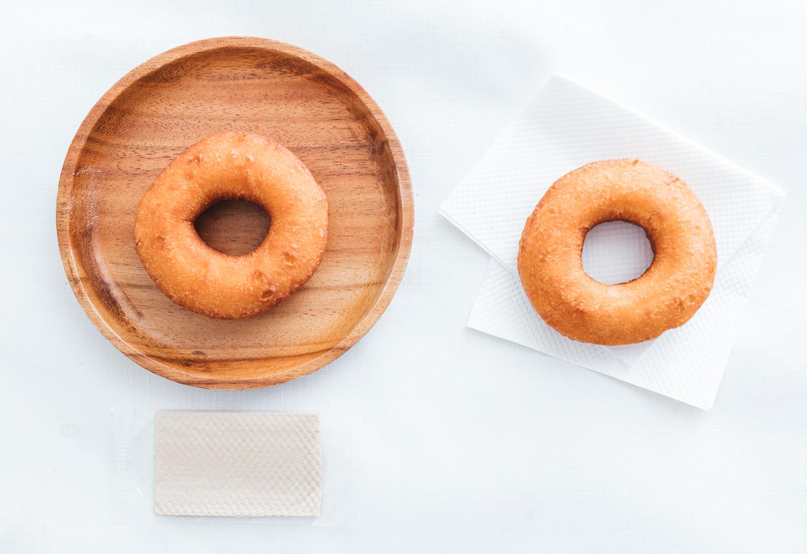 「イートインしたドーナッツとテイクアウトしたドーナッツ」の写真