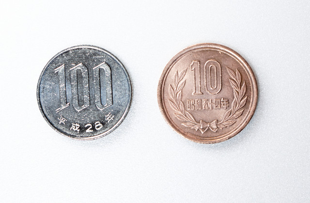 100円玉と10円玉(消費税)の写真