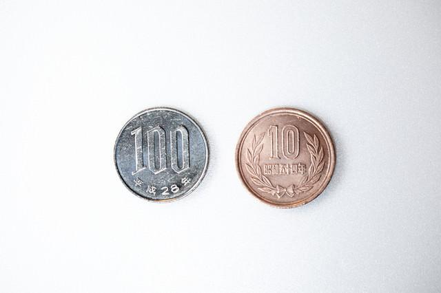 100円に対して10%の消費税の写真
