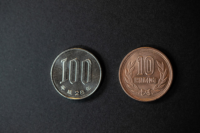消費税が10%になり100円の買い物で10円が必要の写真