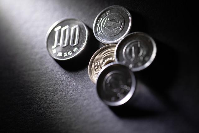 100円と8円の小銭の写真