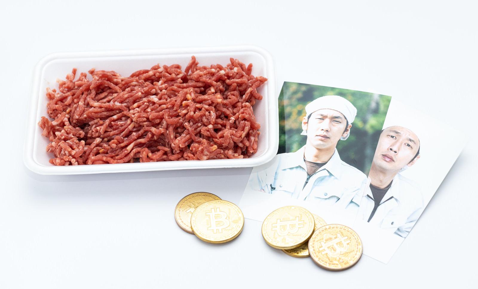 「仮想通貨で生産者の肉(ミンチ)を購入」の写真[モデル:大川竜弥]