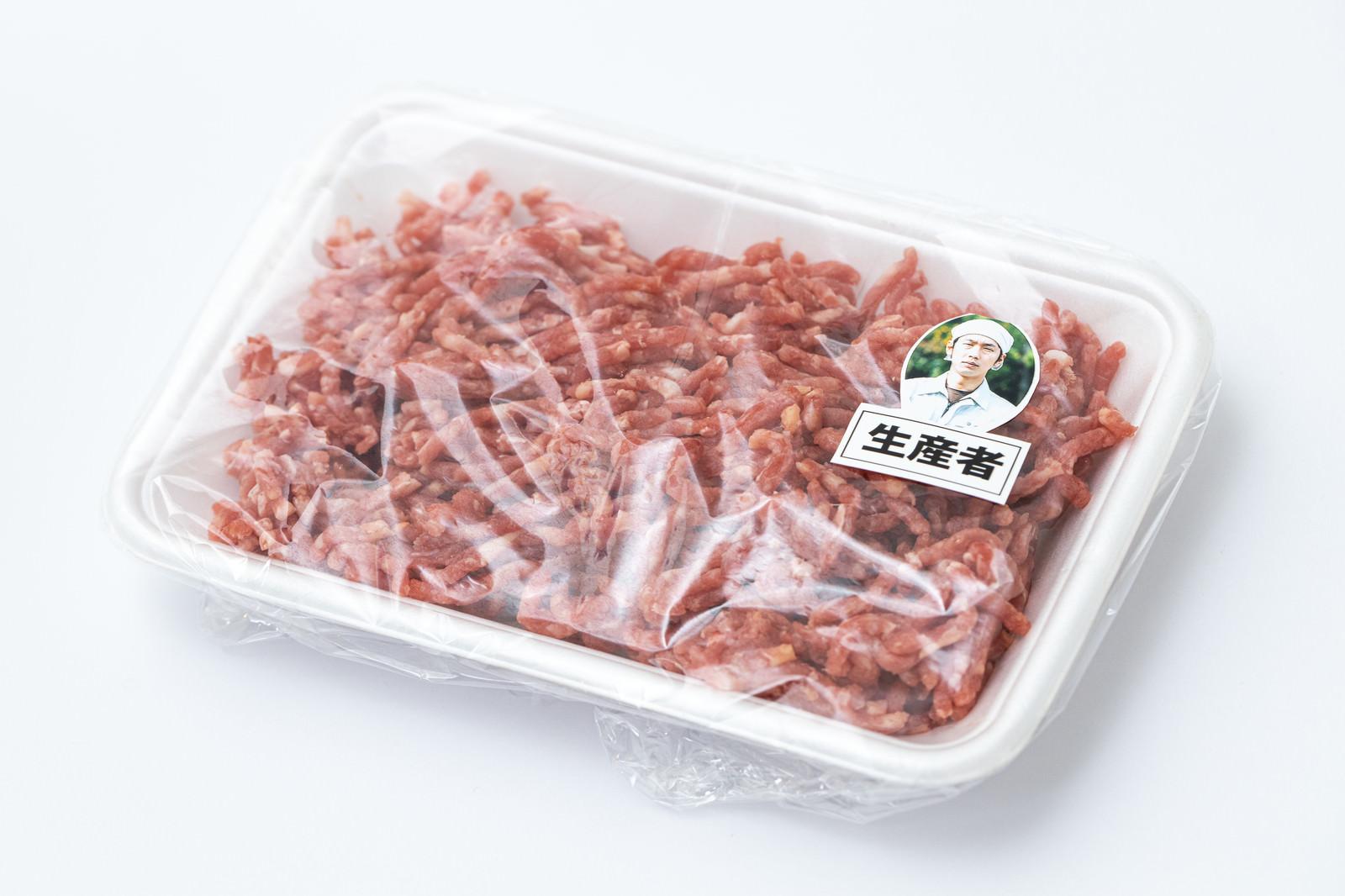 「生産者が見えるミンチ肉」の写真[モデル:大川竜弥]