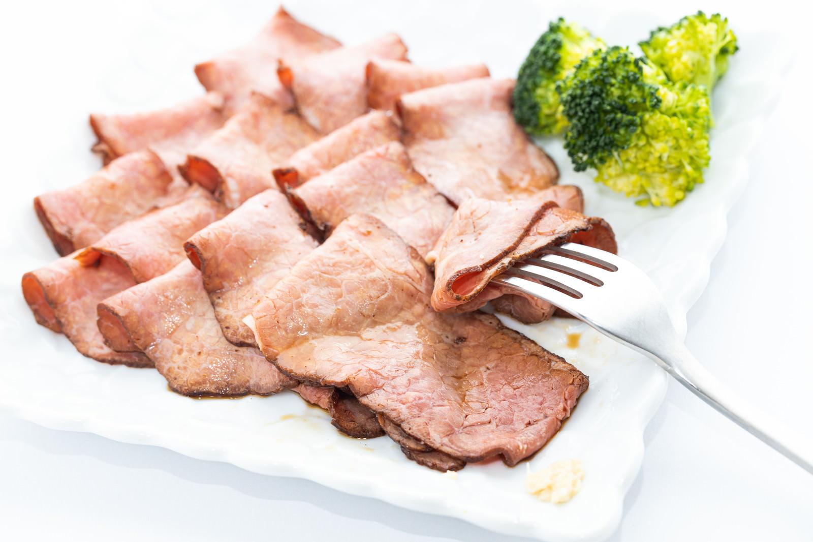 「薄切りローストビーフを食べる」の写真