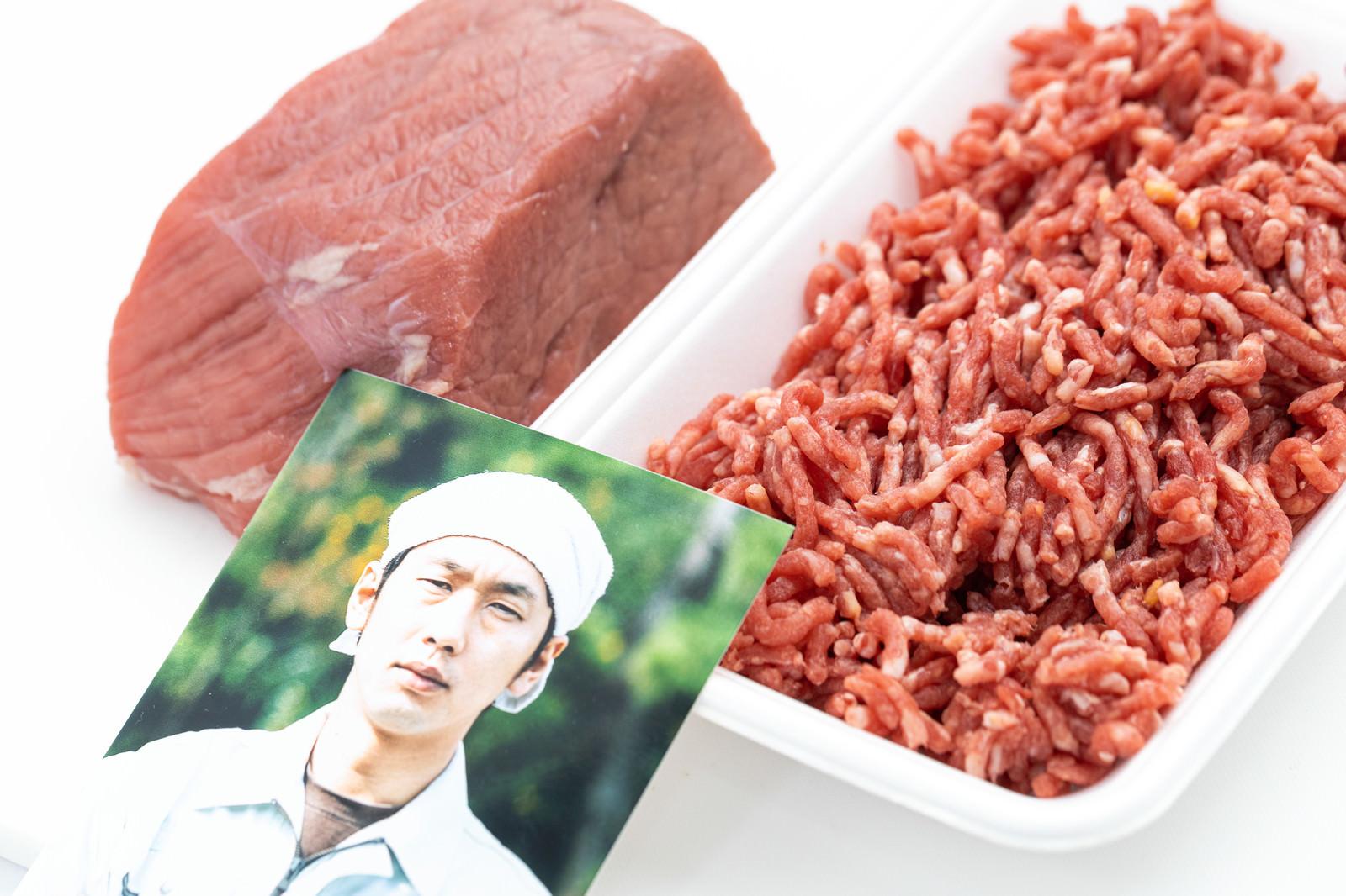 「ミンチ肉と生産者」の写真[モデル:大川竜弥]