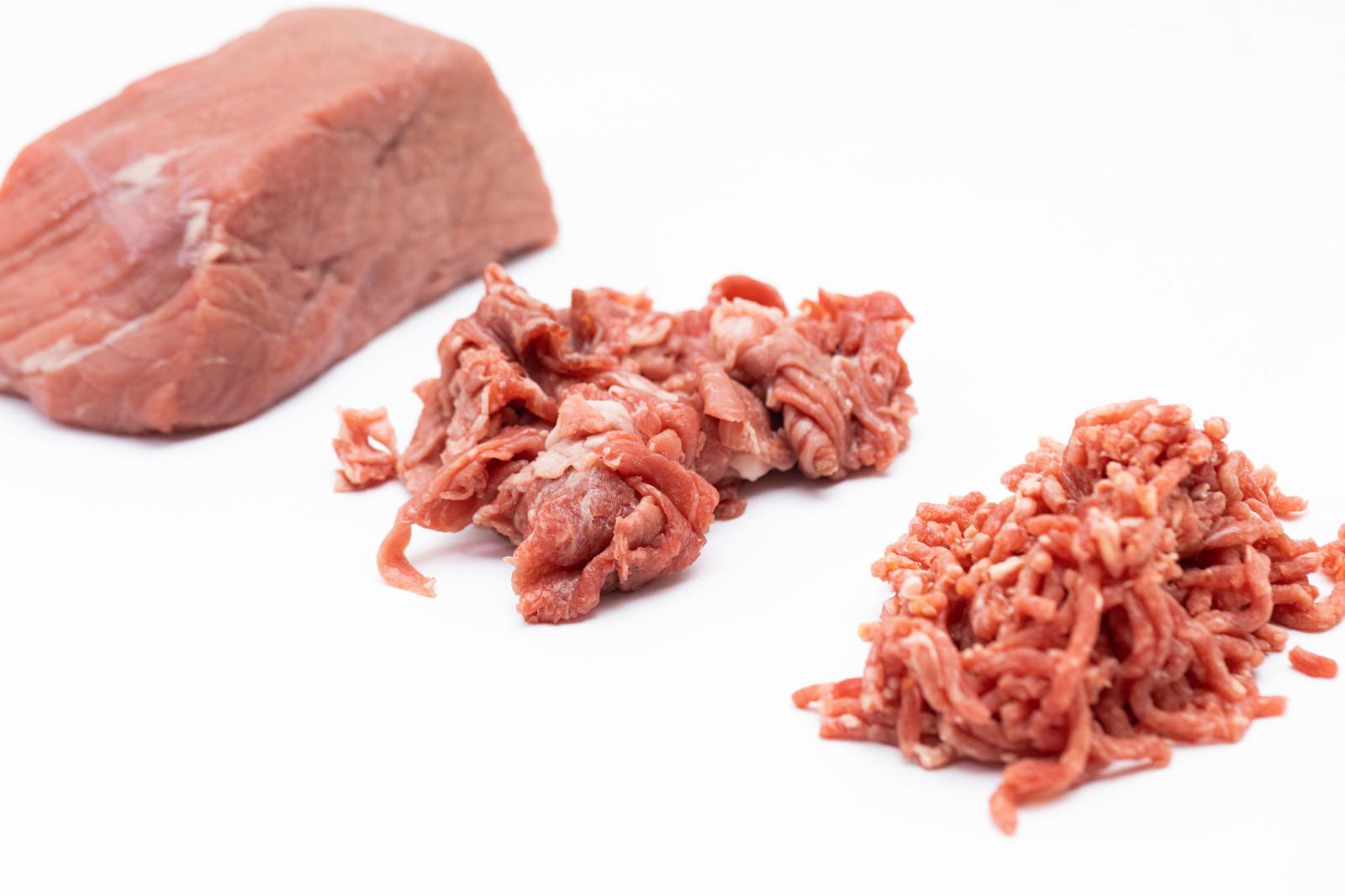 「ブロック肉が細切れになる過程」の写真