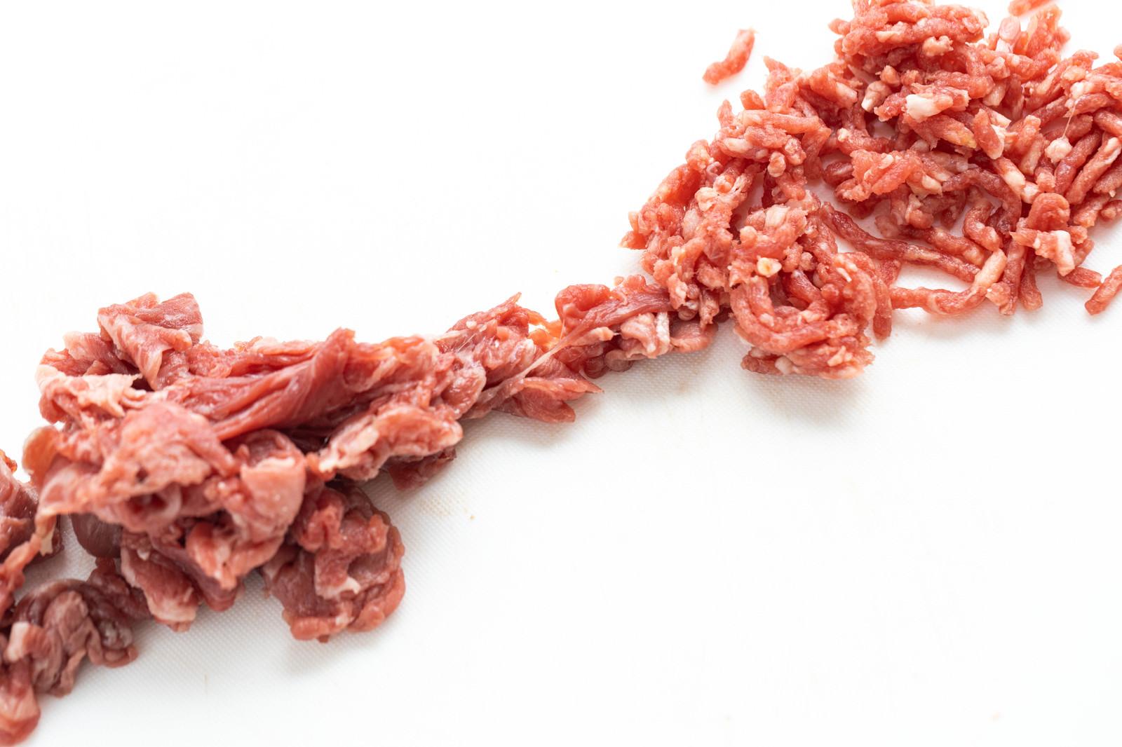 「細切れからミンチ化される肉」の写真