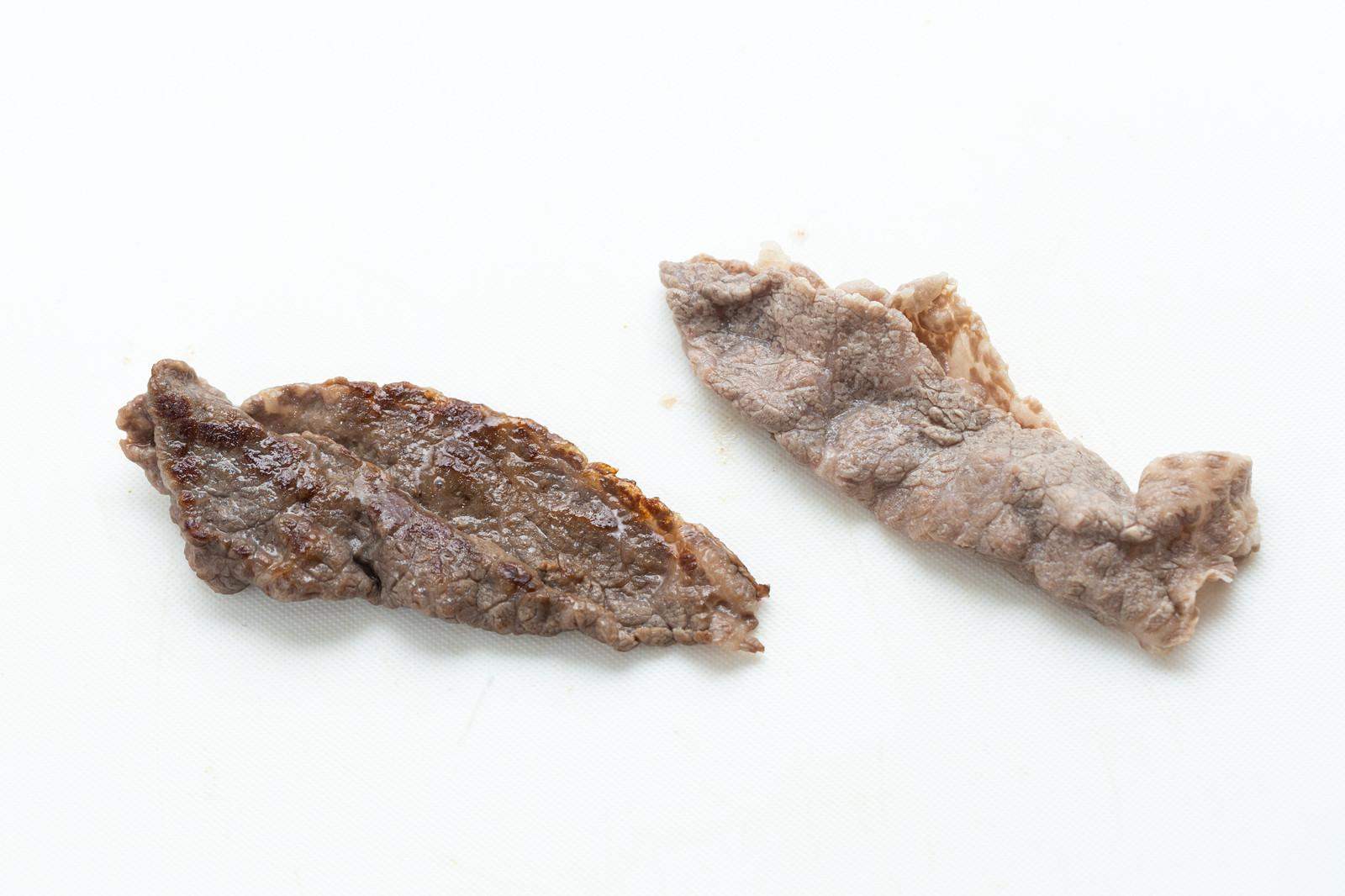 「焼いた肉と茹でた肉」の写真