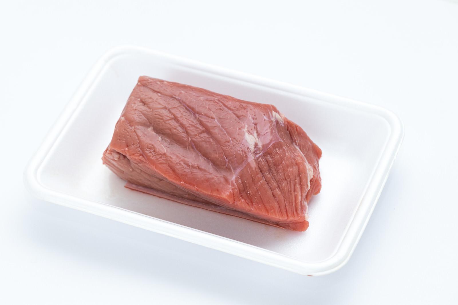 「スーパーで購入したブロック肉」の写真