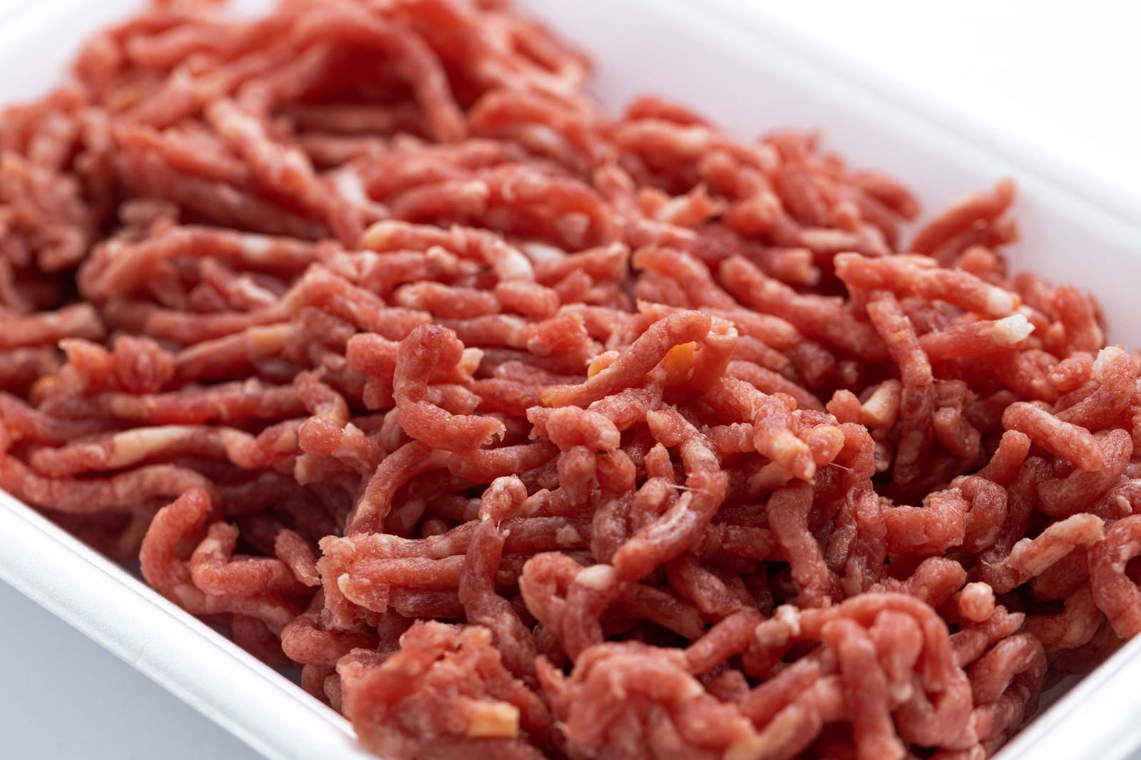 「牛か豚かわからないミンチ肉ドアップ」の写真