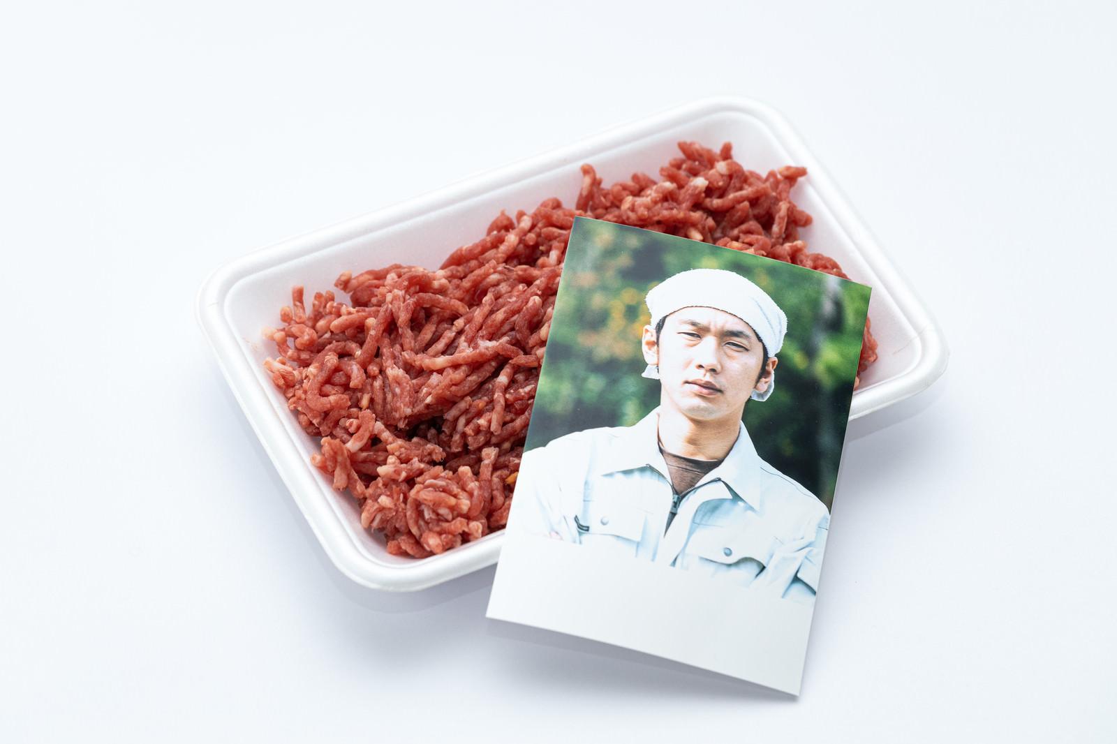 「ミンチ肉と生産者の写真」の写真[モデル:大川竜弥]