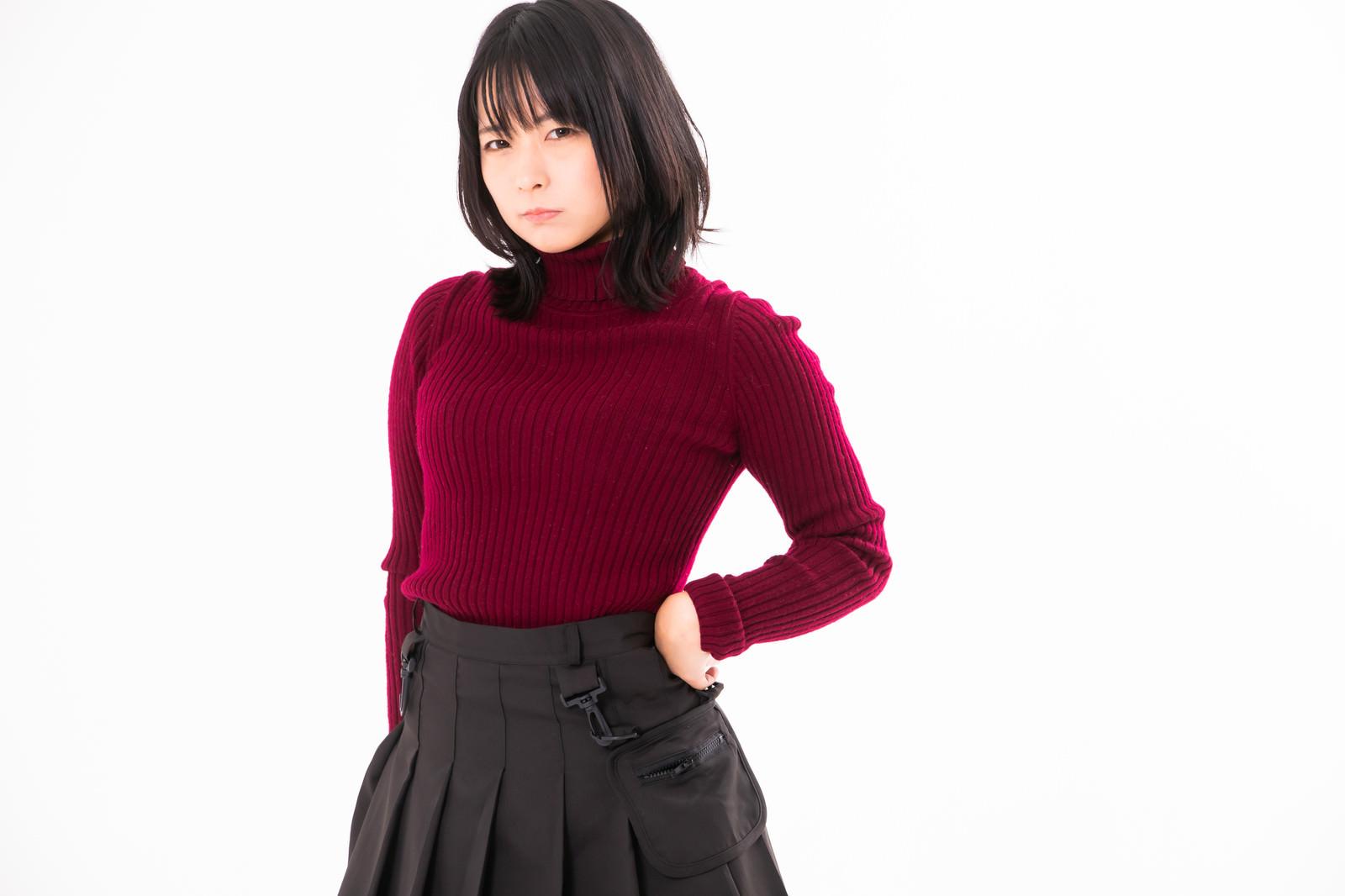 「手を腰に当てて不機嫌な表情の女性」の写真[モデル:にゃるる]