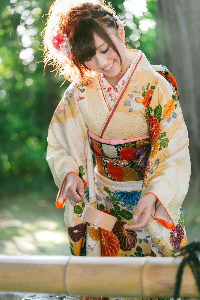 神社で手水をする着物女性の写真