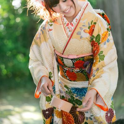 「神社で手水をする着物女性」の写真素材