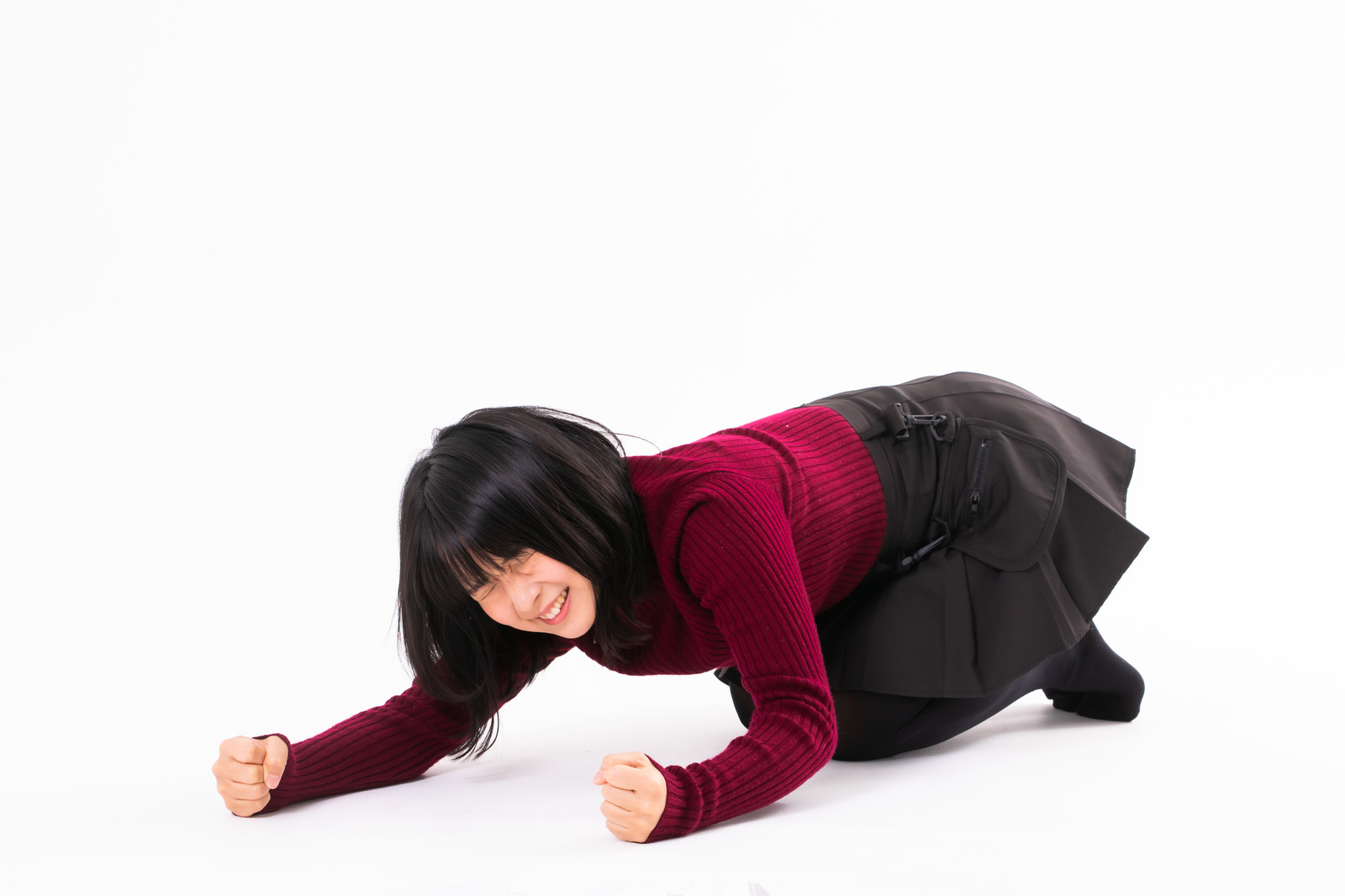 「両手を床に打ち付けて悔しがる女性」の写真[モデル:にゃるる]