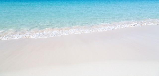 美しい海と波打ち際の写真