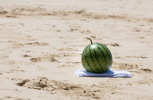 砂浜でスイカ割り(準備中)の写真