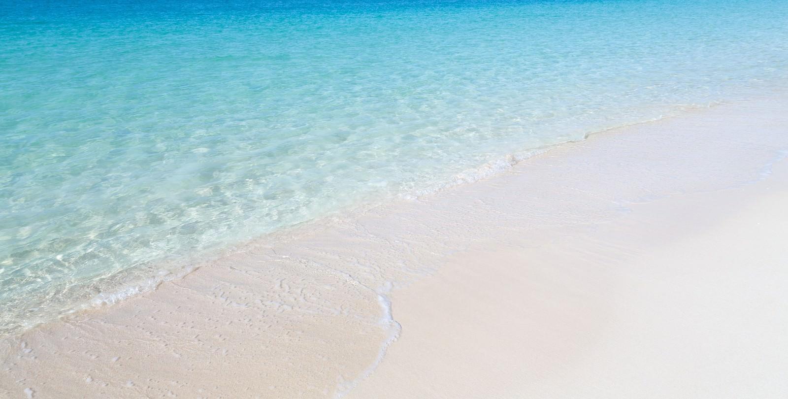 「透明度の高い宮古島の前浜ビーチの海」の写真