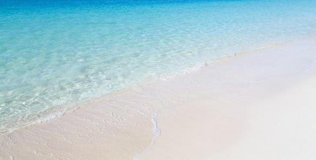 透明度の高い宮古島の前浜ビーチの海の写真