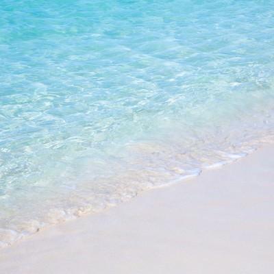 「透き通る海と波打ち際」の写真素材