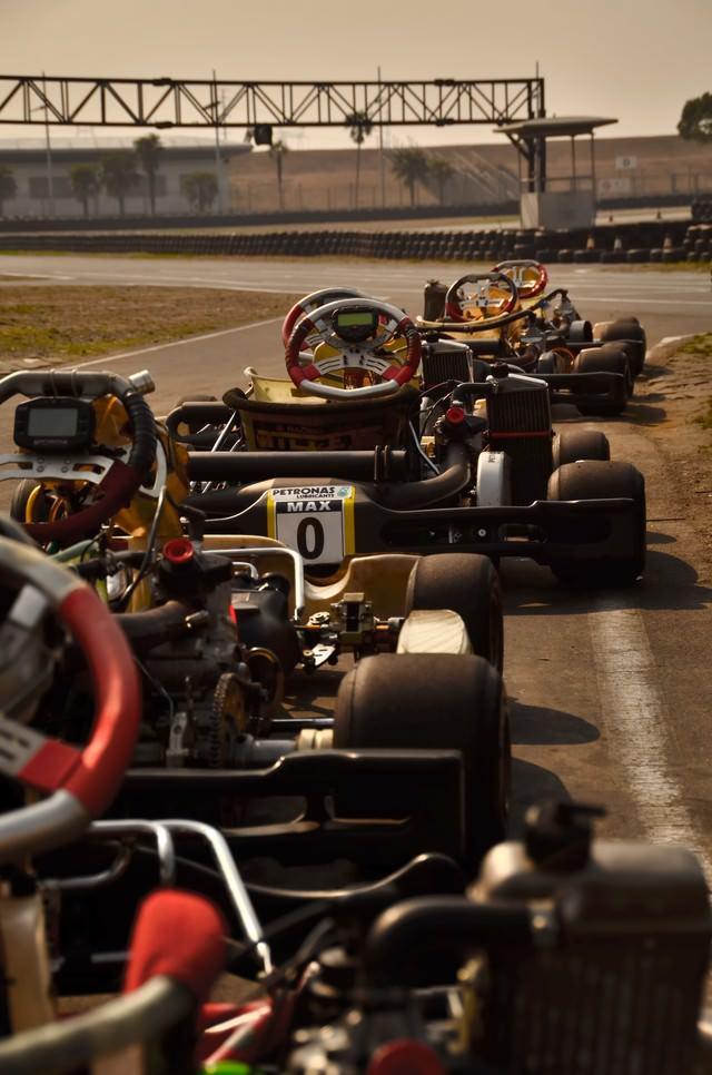 スタートラインのレーシングカーの写真