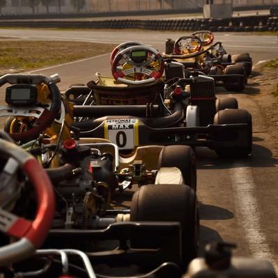 「スタートラインのレーシングカー」の写真素材