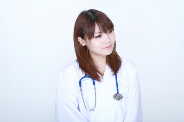 白衣の微笑む女医の写真