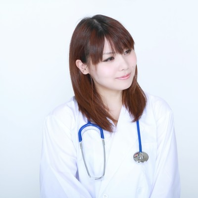 「白衣の微笑む女医」の写真素材
