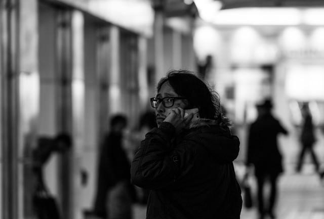 愛人との通話中、パパラッチの尾行に気づいた元大物プロデューサーの写真