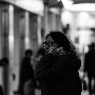 「愛人との通話中、パパラッチの尾行に気づいた元大物プロデューサー」の写真素材