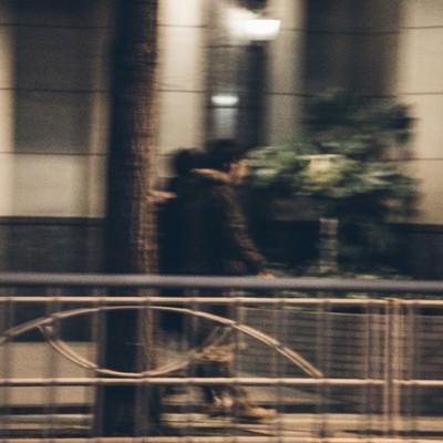 ラジオの生放送後、夜の街に消える人気お笑い芸人の写真