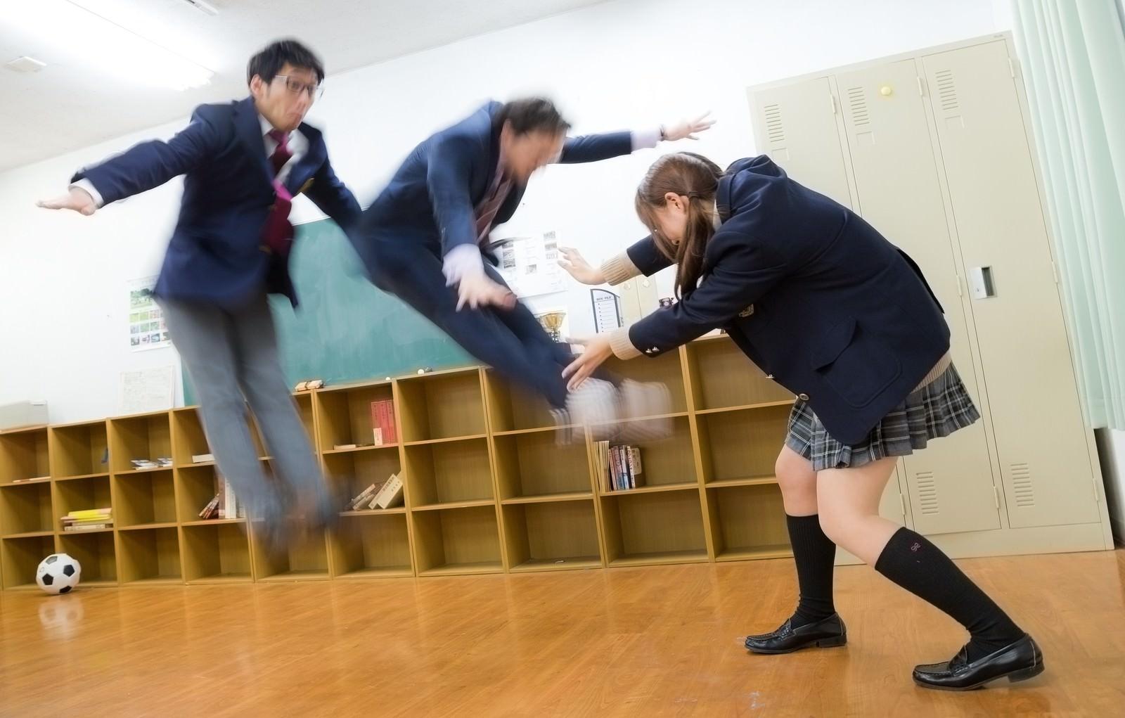 「エネルギー波を繰り出す女子高生」の写真[モデル:大川竜弥 河村友歌 Max_Ezaki]