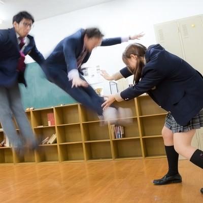「エネルギー波を繰り出す女子高生」の写真素材