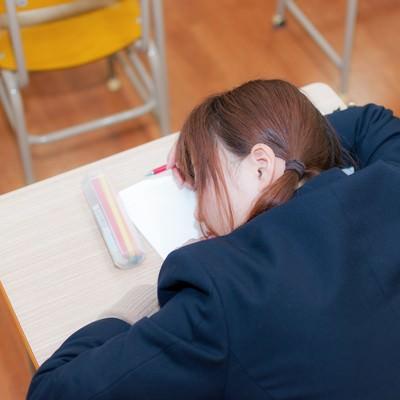 「勉強中疲れて寝てしまった受験生」の写真素材