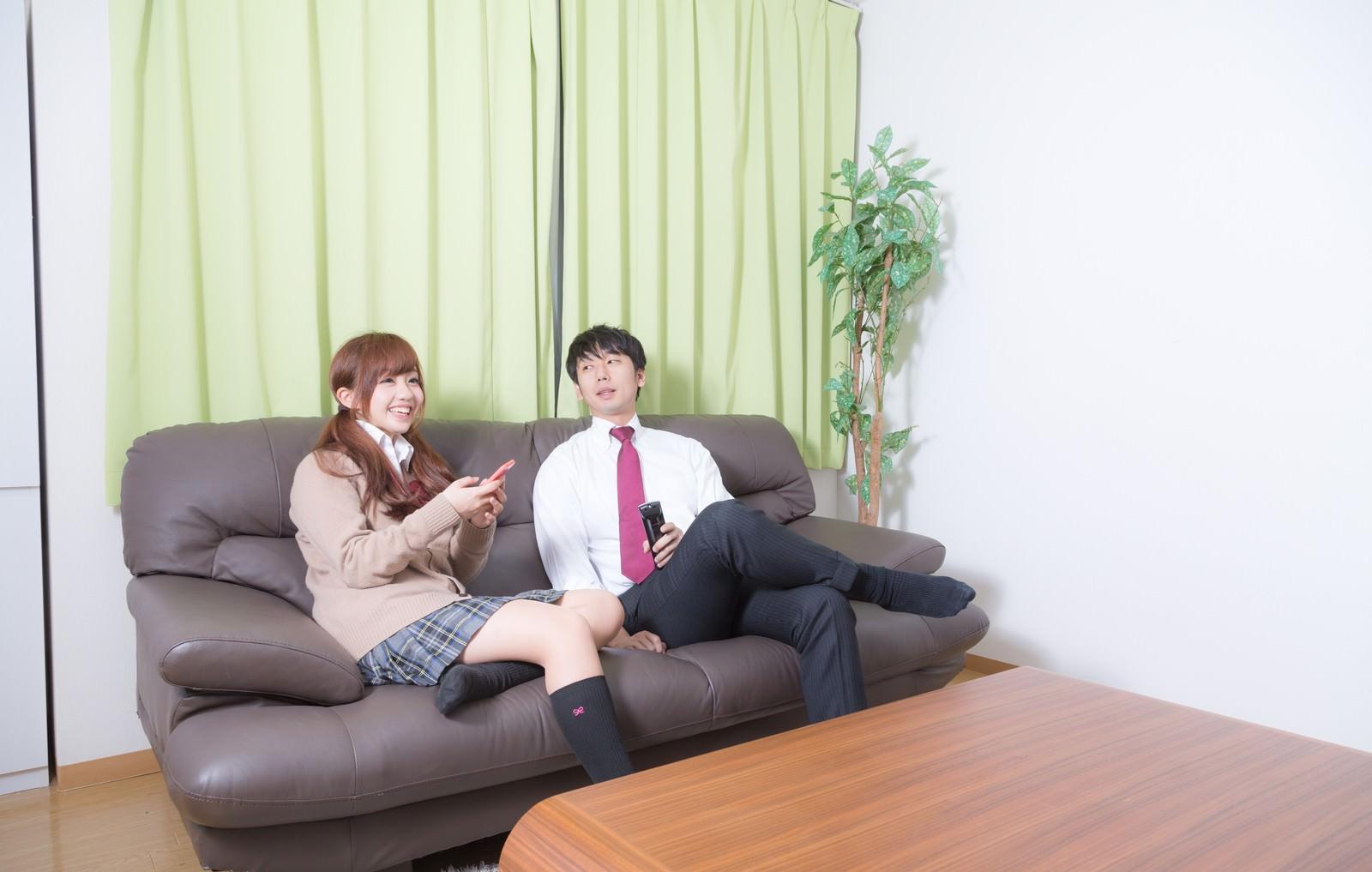 「年上の彼氏の家でくつろぐおませさん」の写真[モデル:河村友歌 大川竜弥]