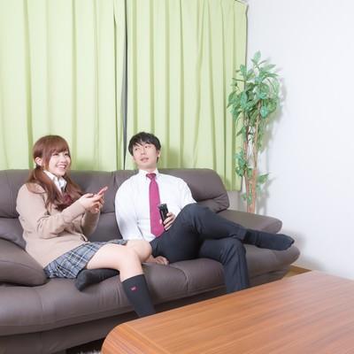 「年上の彼氏の家でくつろぐおませさん」の写真素材