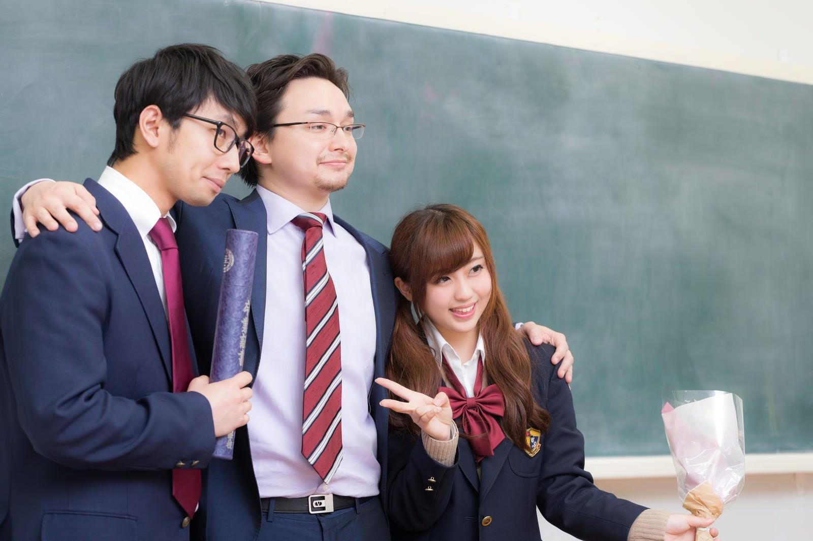 「卒業式の後に記念撮影をする教師と教え子」[モデル:大川竜弥 Max_Ezaki 河村友歌]