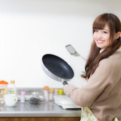 「年上の彼氏のために晩ご飯を作るJK」の写真素材