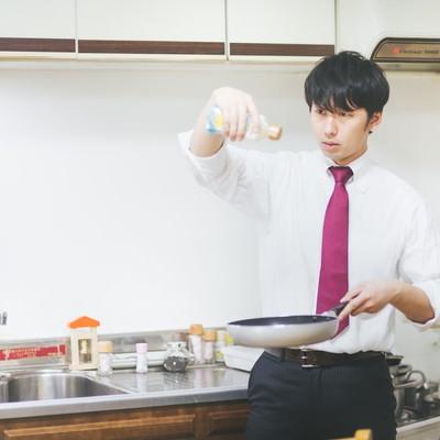 「男の料理は高い位置からオリーブオイルをたらす」の写真素材