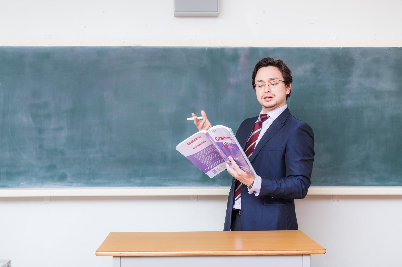 「アメリカンジョークが通じないことに困惑する教師アメリカンジョークが通じないことに困惑する教師」[モデル:Max_Ezaki]のフリー写真素材を拡大