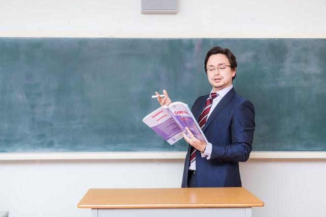 アメリカンジョークが通じないことに困惑する教師の写真