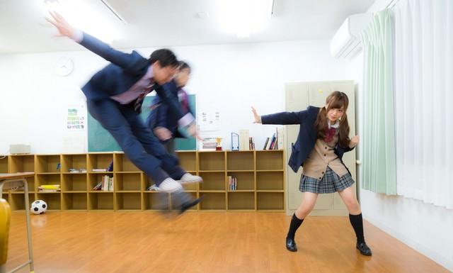 片手で男性2人を投げ飛ばす女子高生の写真
