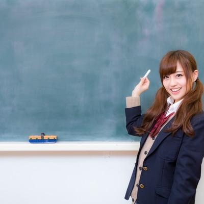 「黒板とJK(女子高生)」の写真素材